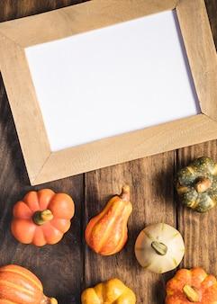 Arranjo de vista superior com legumes e quadro