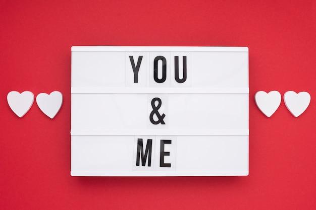 Arranjo de vista superior com mensagem romântica