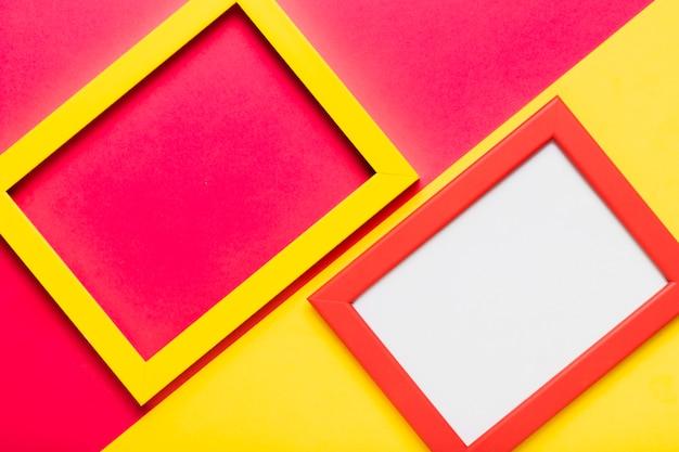 Arranjo de vista superior com moldura amarela e vermelha