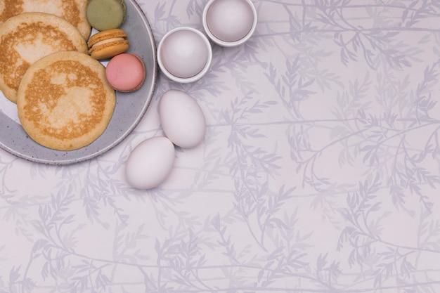 Arranjo de vista superior com ovos e panquecas