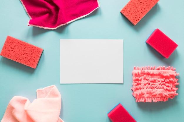Arranjo de vista superior com pedaço de papel e esponjas