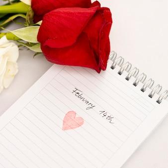 Arranjo de vista superior com rosas no caderno