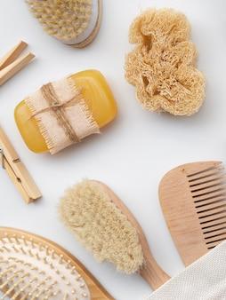 Arranjo de vista superior com sabão, esponja e escovas