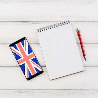 Arranjo de vista superior com smartphone e notebook