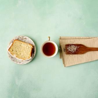 Arranjo de vista superior com torradas e xícara de chá