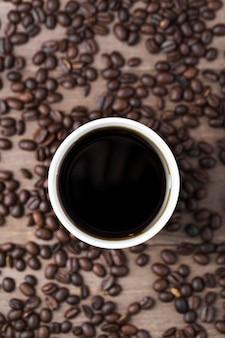 Arranjo de vista superior com uma xícara de café preto