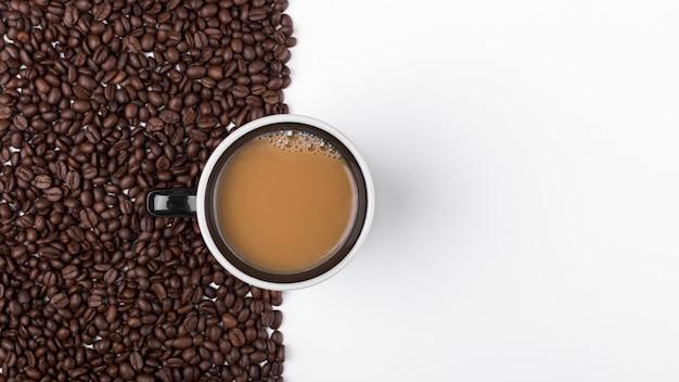 Arranjo de vista superior com xícara de café e feijão