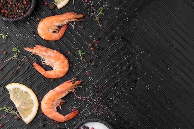 Arranjo de vista superior de camarões de frutos do mar copiar espaço