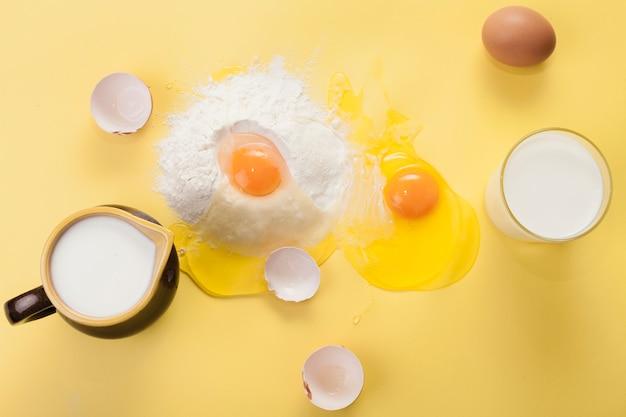 Arranjo de vista superior de diferentes ingredientes em fundo amarelo
