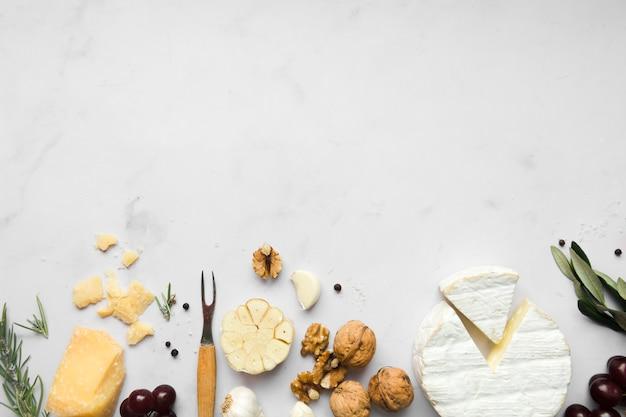 Arranjo de vista superior de diferentes tipos de queijo com espaço de cópia