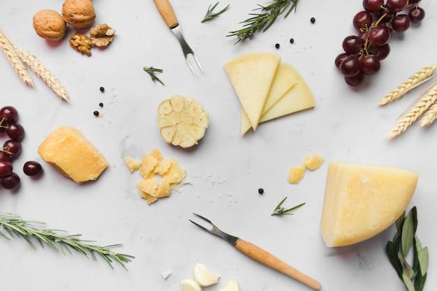 Arranjo de vista superior de diferentes tipos de queijo