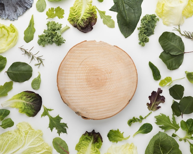 Arranjo de vista superior de folhas de salada e tábua de cortar