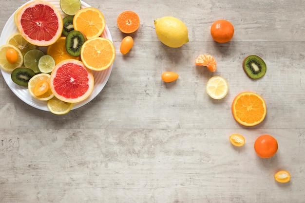 Arranjo de vista superior de frutas frescas na mesa