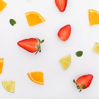 Arranjo de vista superior de pedaços de frutas
