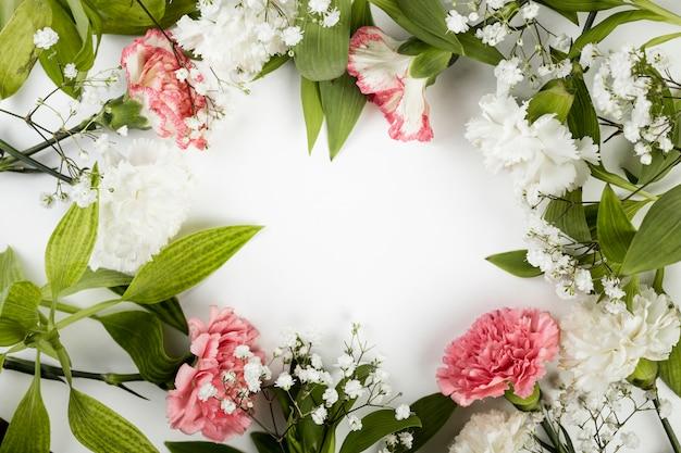 Arranjo de vista superior de rosas e folhas da primavera