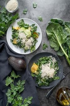 Arranjo de vista superior de saladas saudáveis