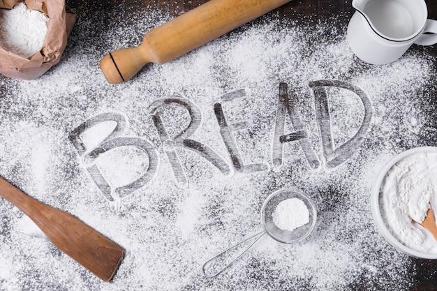 Arranjo de vista superior para pão caseiro e farinha