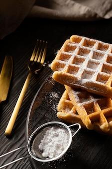 Arranjo de waffles doces na mesa