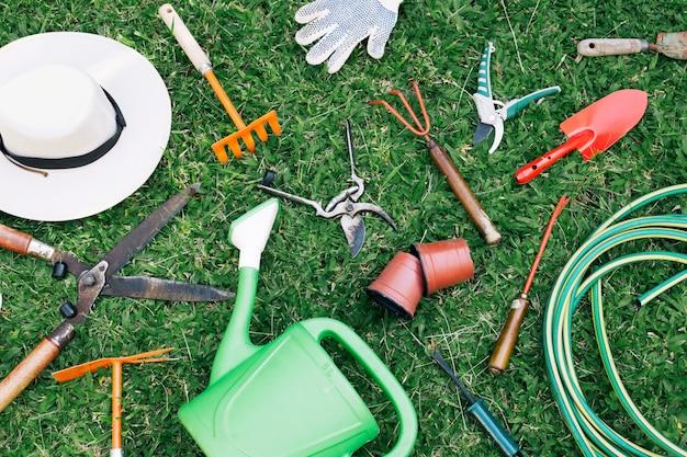 Arranjo desarrumado de ferramentas de cultivo na grama