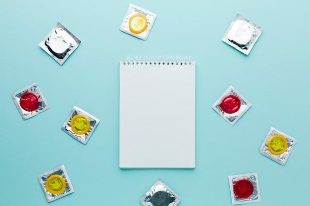 Arranjo do conceito de contracepção com o bloco de notas vazio