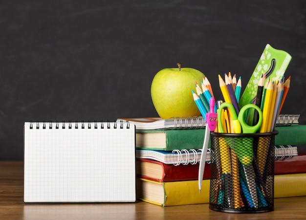 Arranjo do dia da educação em uma mesa com um bloco de notas