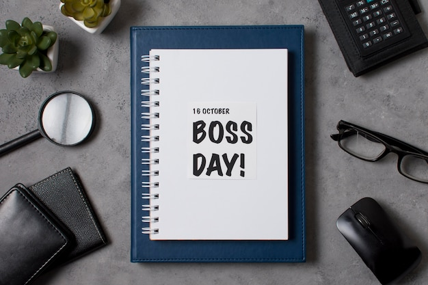 Arranjo do dia do chefe plano com bloco de notas