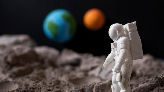 Arranjo do espaço de natureza morta com astronauta