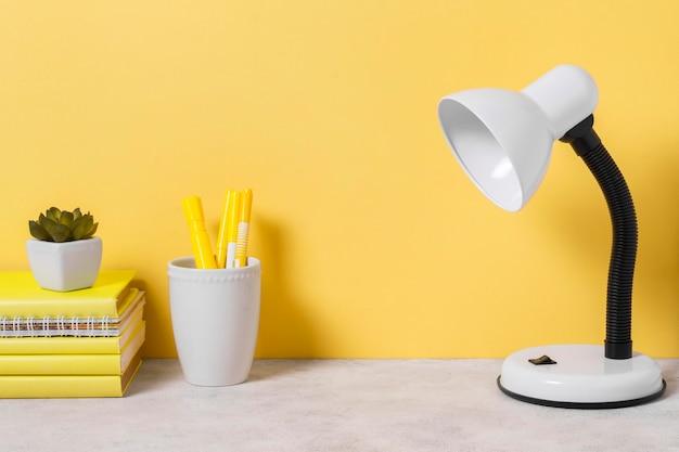 Arranjo do espaço de trabalho com livros e lâmpada
