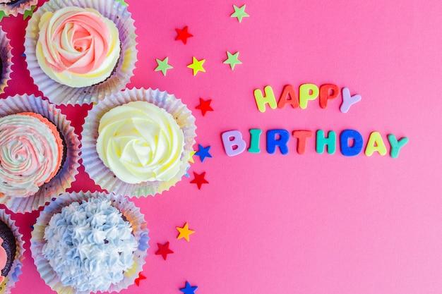Arranjo doce de cupcakes e parabéns