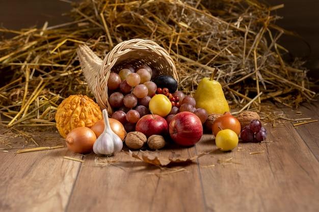 Arranjo festivo de cornucópia com frutas deliciosas