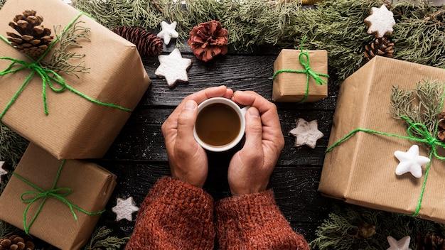 Arranjo festivo de presentes de natal com uma xícara de chocolate quente