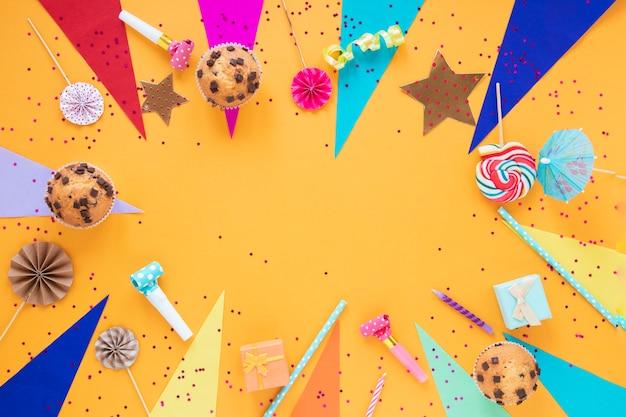 Arranjo festivo leigo plano para festa de aniversário com espaço de cópia