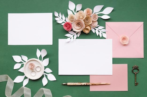 Arranjo floral bonito dos artigos de papelaria do casamento