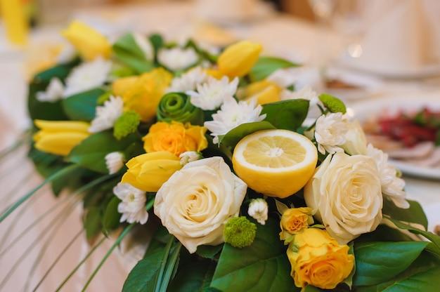 Arranjo floral com flores e meio limão