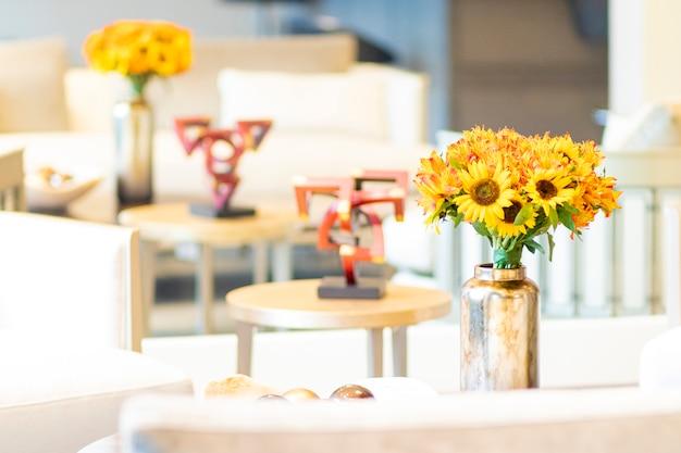 Arranjo floral de girassóis que decoram a sala de estar da casa