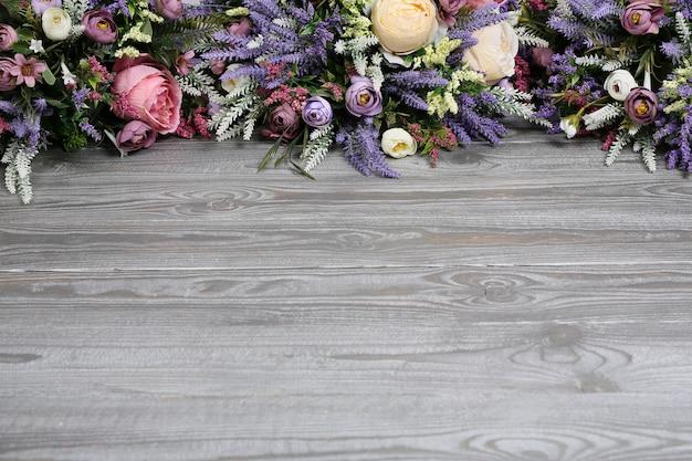 Arranjo floral em fundo de textura de madeira.