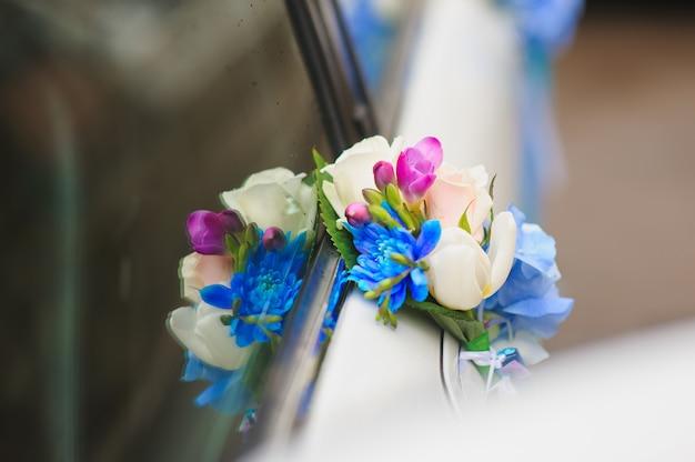 Arranjo floral na alça do carro