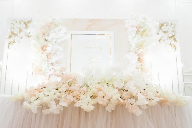 Arranjo floral na mesa de banquete da noiva e do noivo no casamento