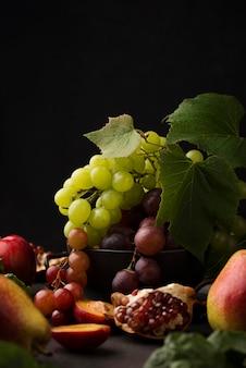 Arranjo frontal de frutas deliciosas com espaço de cópia