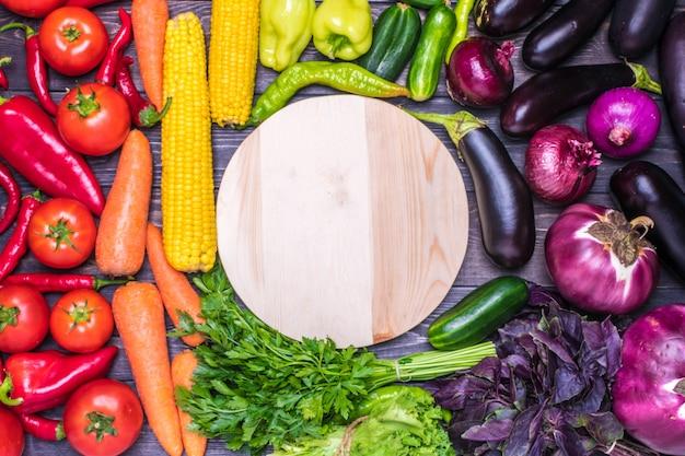 Arranjo legumes frescos - milho, salada verde, coentro, berinjela, pepino, manjericão