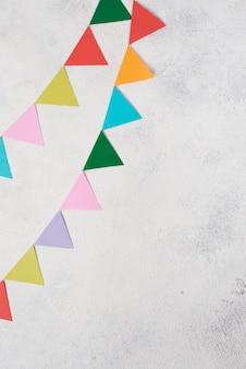 Arranjo liso leigo com decorações para festas coloridas