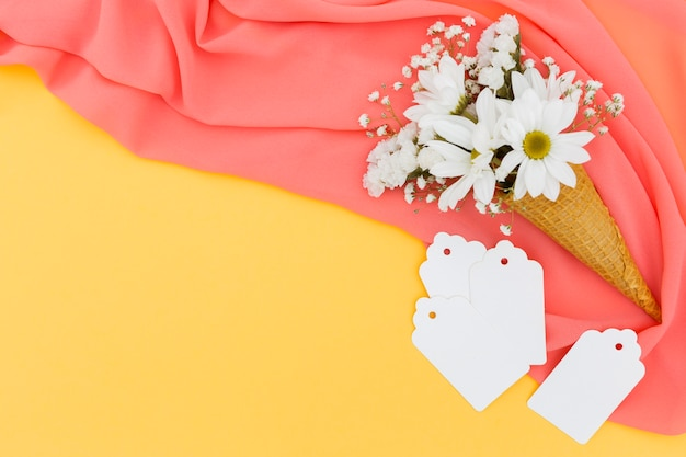 Arranjo liso leigo com margaridas no lenço rosa
