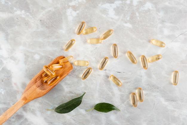 Arranjo liso leigo com pílulas na mesa de mármore
