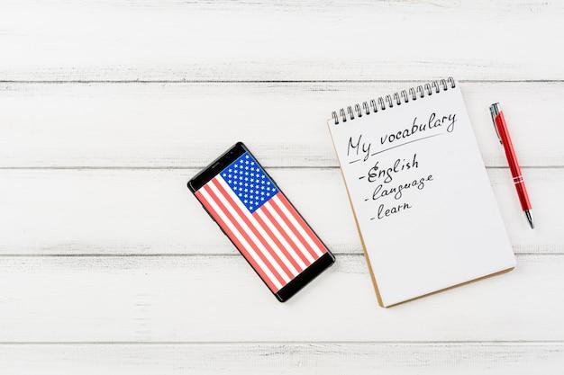 Arranjo liso leigo com smartphone e notebook