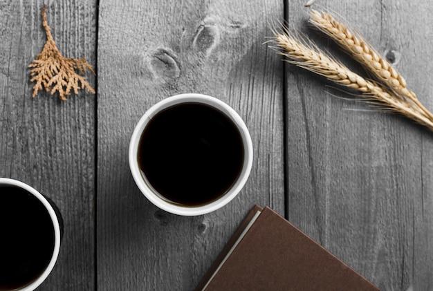 Arranjo liso leigo com uma xícara de café preto