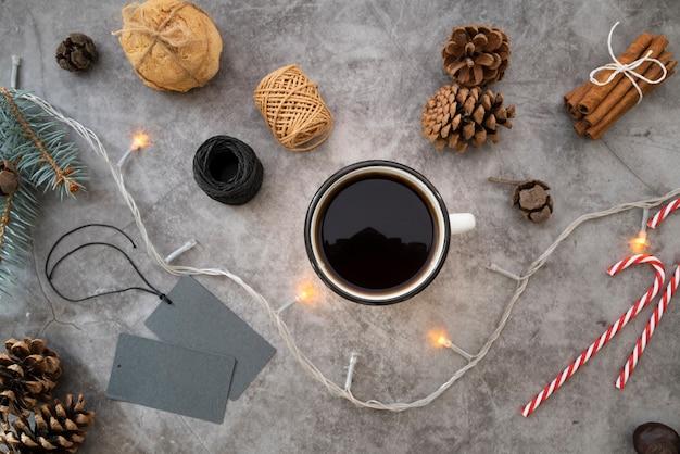 Arranjo liso leigo com uma xícara de café sobre fundo de estuque