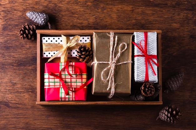 Arranjo liso leigo de diferentes presentes de natal coloridos