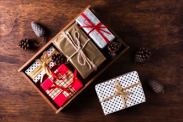 Arranjo liso leigo de diferentes presentes de natal