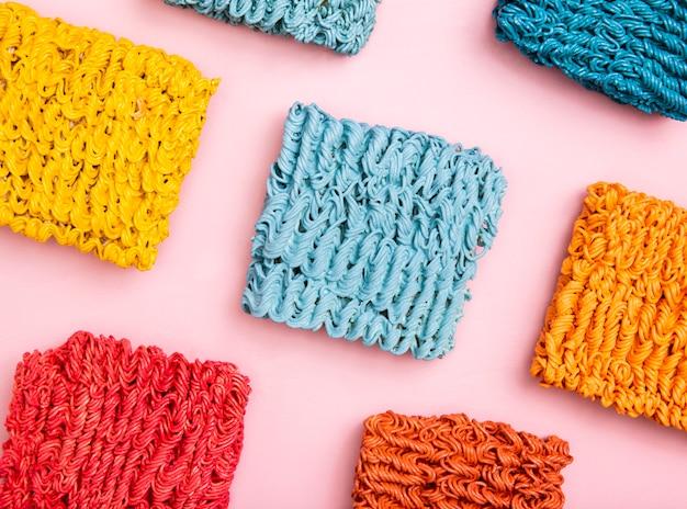 Arranjo liso leigo de ramen colorido