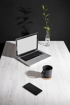 Arranjo minimalista da mesa de negócios em alto ângulo